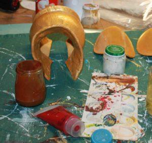 """Fabrication des poignées """"cruche"""" en toile gommée recouverte de gesso avant peinture."""