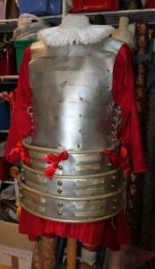 Armure et jupe à cerceaux à étages du Duc de Nayme.