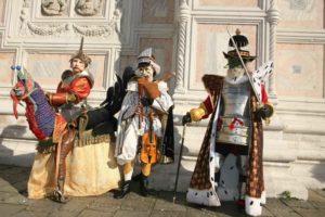 Bradamante sur dindon-jupon, Mouflet à la cornemuse et le Duc de Nayme. (photo Solange Dupont)